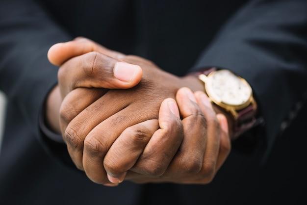 Cortar o homem apertando as mãos Foto gratuita