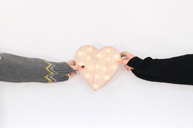 Cortar pessoas com coração de madeira Foto gratuita