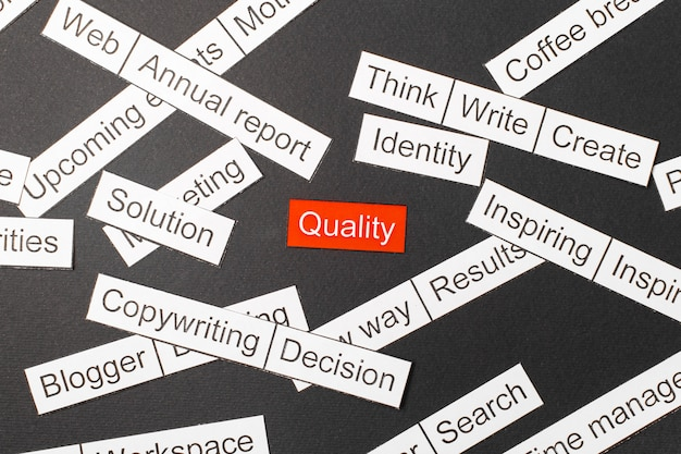 Corte a qualidade da inscrição de papel em um vermelho, cercado por outras inscrições em um fundo escuro. palavra nuvem . Foto Premium