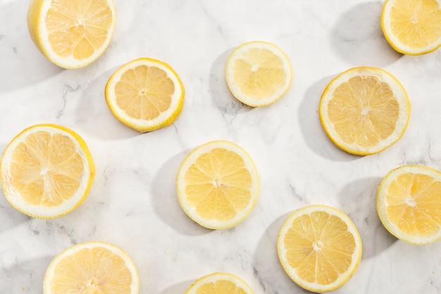 Corte as fatias de fundo de limão Foto gratuita