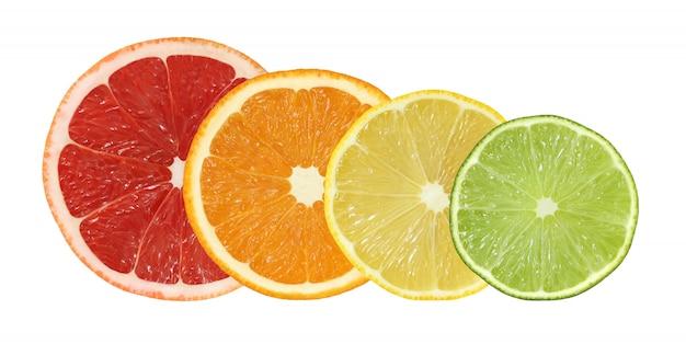 Corte as frutas de toranja, laranja, limão e limão, isoladas no fundo branco com traçado de recorte Foto Premium