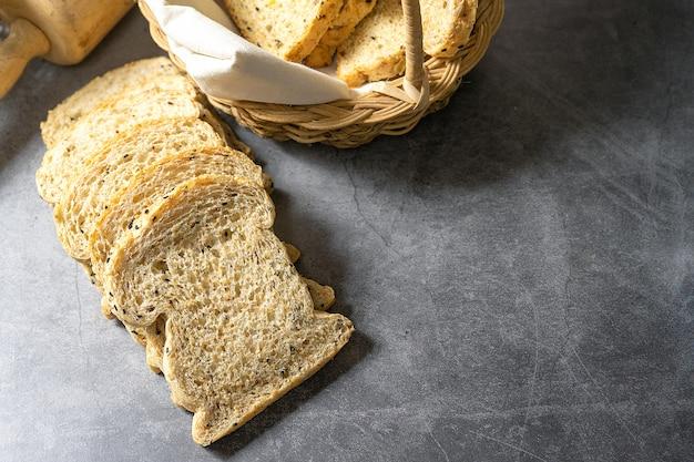 Corte com fatias e pão integral pão fresco caseiro no chão Foto Premium