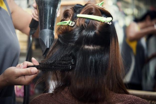 Corte de cabelo de mulheres bonitas Foto gratuita