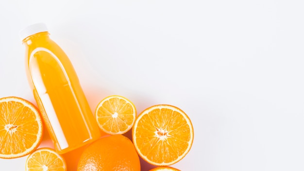 Corte de laranjas frescas e suco Foto gratuita