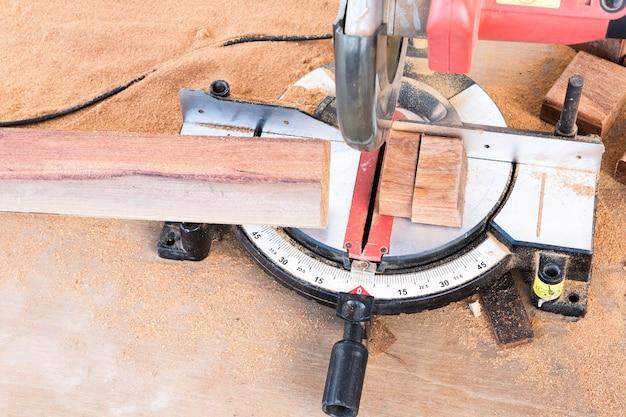 Corte de madeira com serra elétrica Foto gratuita