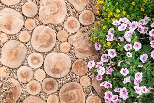 Corte de troncos, caminho, jardim decorativo Foto Premium