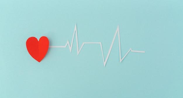 Corte do papel da cardiograma de ritmo cardíaco para o dia dos namorados. Foto gratuita