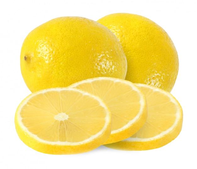 Corte e frutas de limão inteiro isoladas no fundo branco com traçado de recorte Foto Premium