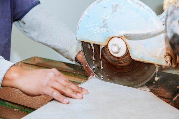 Corte manual de telhas cerâmicas em uma máquina especial para cortar telhas. Foto Premium