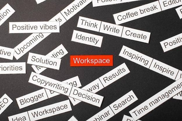 Corte o espaço de trabalho da inscrição em papel em um fundo vermelho, cercado por outras inscrições em um fundo escuro. conceito de nuvem de palavras. Foto Premium