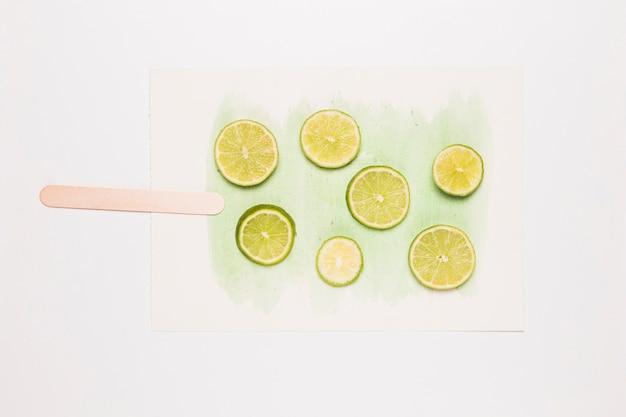 Corte o limão em forma de sorvete no respingo da aguarela Foto gratuita