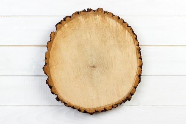 Corte redondo do coto de árvore com anéis anuais no fundo de madeira. vista superior com espaço de cópia Foto Premium