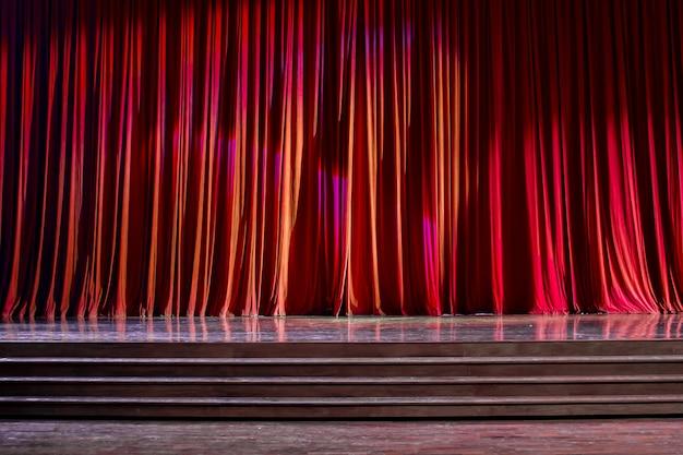 Cortinas vermelhas e palco de madeira. Foto Premium