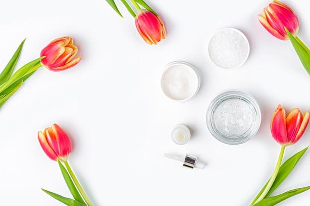 Cosméticos caseiros naturais e flores de tulipa Foto Premium