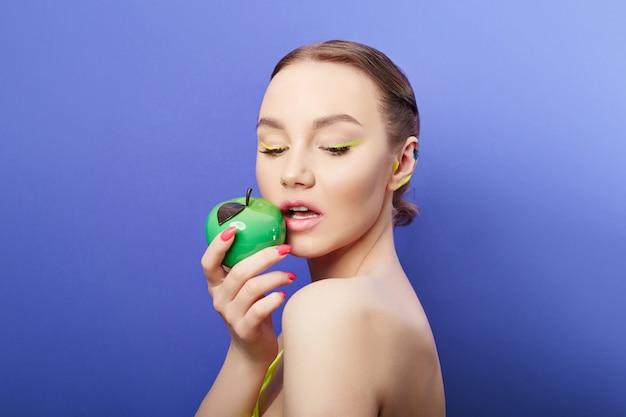 Cosméticos de beleza para o rosto e lábios. máscara facial cosmética, pele jovem e limpa, lábios carnudos e hidratação Foto Premium