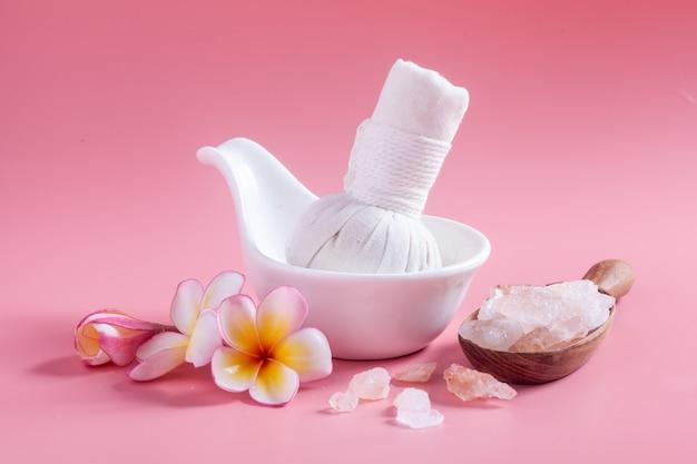 Cosméticos de spa. plumeria flores em um rosa. Foto Premium
