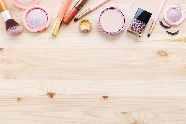 Cosméticos e maquiagem em madeira Foto Premium
