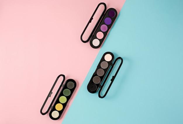 Cosméticos em fundo colorido moderno Foto gratuita