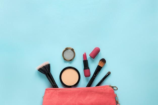 Cosméticos espalhados de bolsa de beleza Foto gratuita