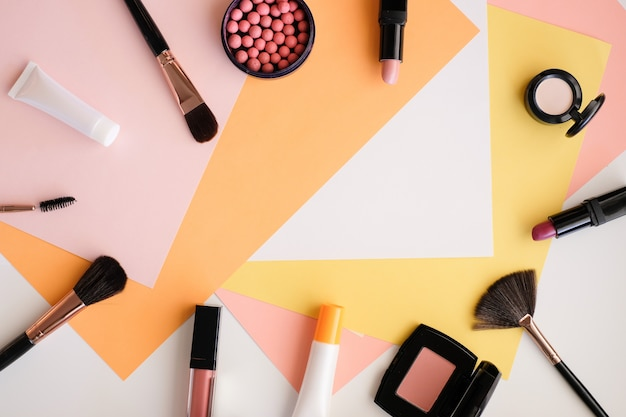 Cosméticos maquiagem sobre fundo de cor. Foto Premium