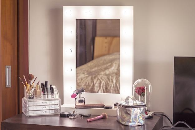 Cosméticos na mesa no quarto Foto Premium