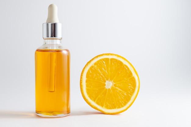 Cosméticos orgânicos spa com ingredientes à base de plantas: soro de vitamina c em frasco cosmético com conta-gotas. Foto Premium