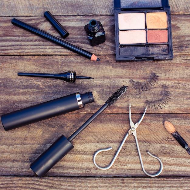 Cosméticos para os olhos: lápis, rímel, delineador, cílios postiços e sombra nos olhos. Foto Premium