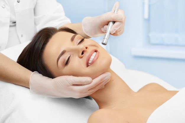 Cosmetologia de hardware. clínica de spa. microdermoabrasão. cosmetologia. Foto Premium