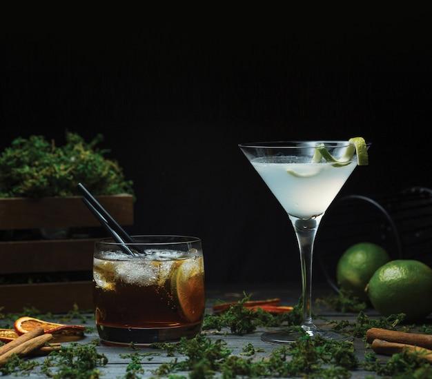 Cosmopolita ou martini com um copo de uísque fino Foto gratuita