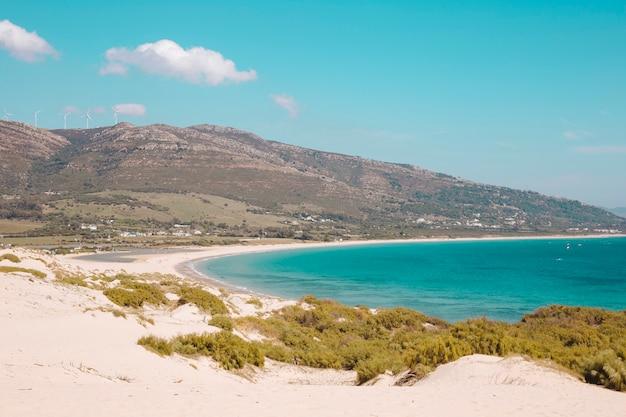 Costa do mar com colinas e mar azul Foto gratuita
