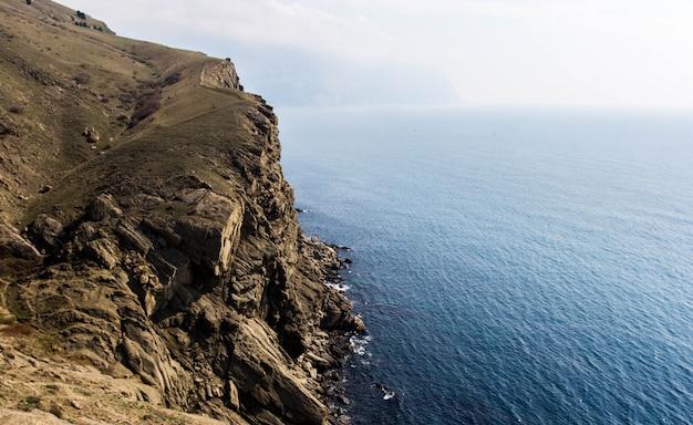 Costa do mar com pedras. seascape. Foto Premium