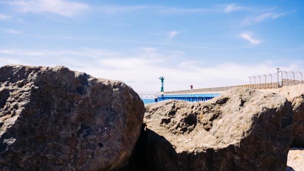 Costa do mar com um farol Foto gratuita