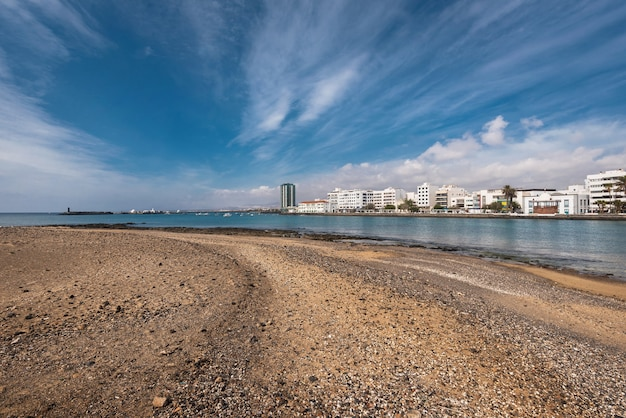 Costa e skyline de arrecife em lanzarote, ilhas canárias, espanha. Foto Premium
