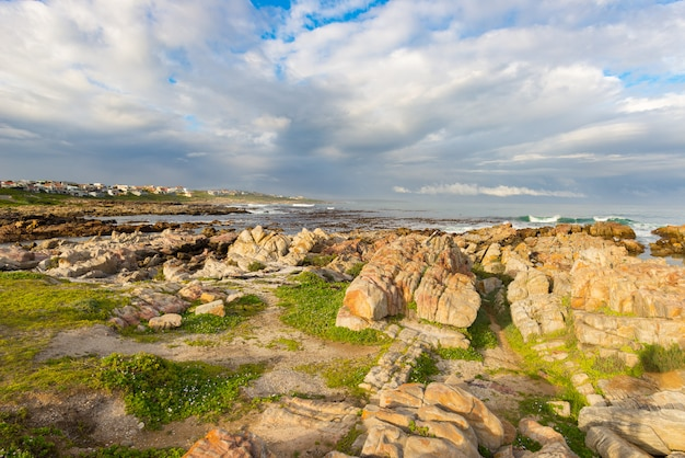 Costa rochosa no oceano em de kelders, áfrica do sul Foto Premium