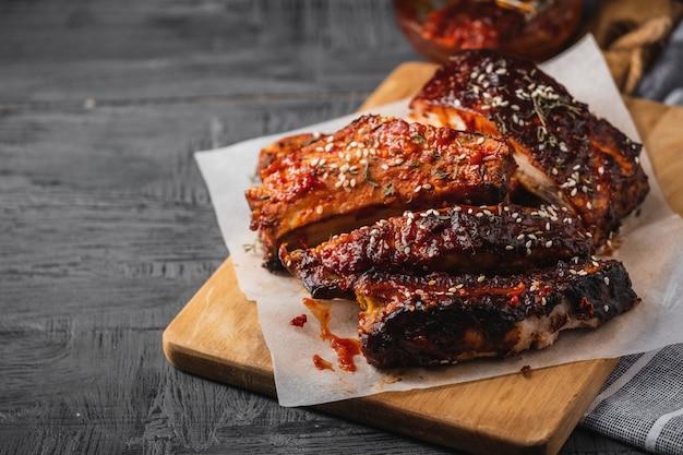 Costelas de porco assadas defumadas. costelas de churrasco picantes. comida americana tradicional para churrasco Foto Premium