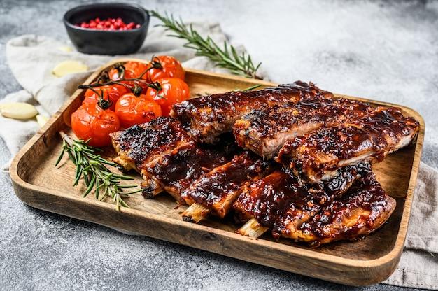 Costelas de porco assado em fatias de churrasco. carne grelhada. Foto Premium