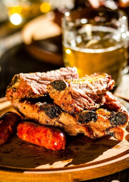 Costelas de porco e salsichas de churrasco Foto Premium