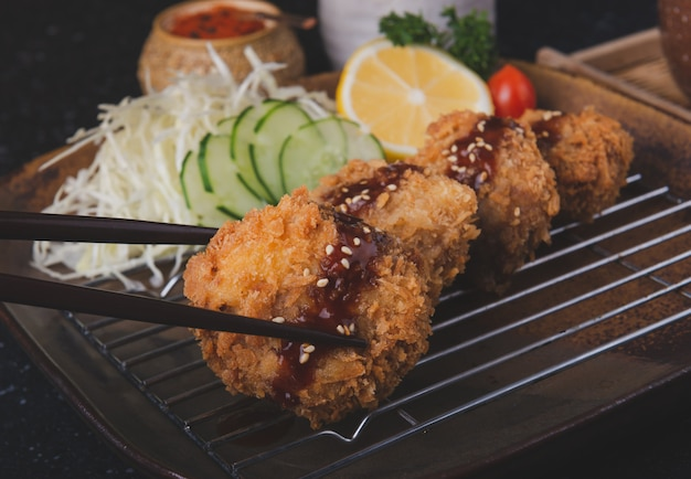 Costeleta de carne de porco fritada japonesa ou menchikatsu. Foto Premium