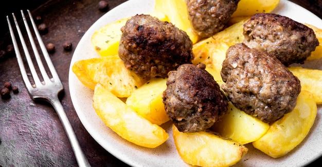 Costeletas de carne e batatas Foto Premium