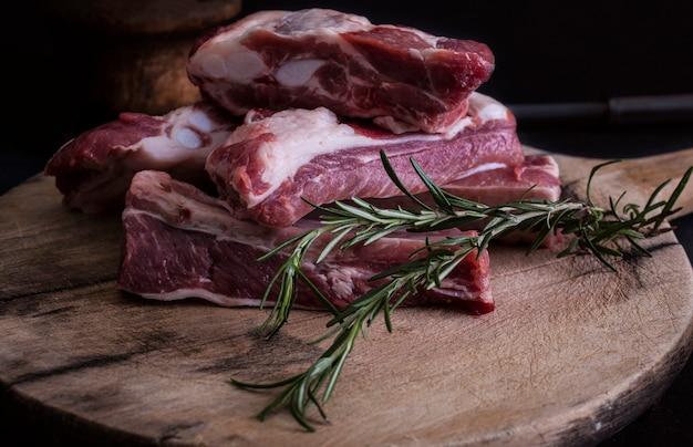 Costelinha de porco crua com alecrim Foto Premium