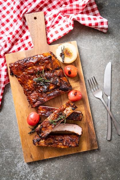 Costelinha de porco grelhada e churrasco Foto Premium