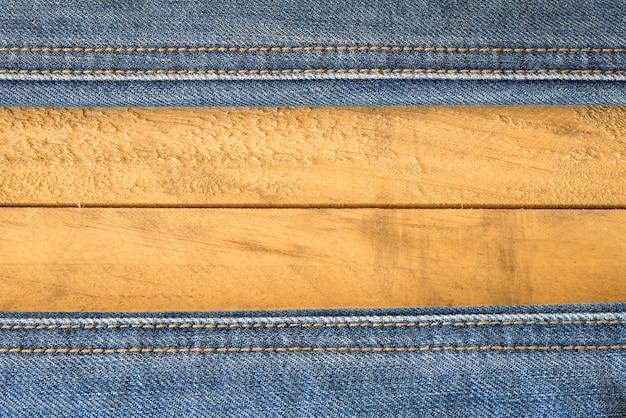 Costura de calças de ganga na textura de madeira Foto gratuita