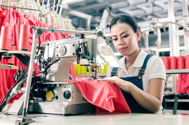 Costureira chinesa trabalhando na fábrica têxtil Foto Premium