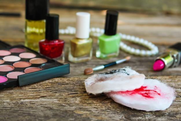 Cotonetes para limpar o rosto com restos de maquiagem. vista do topo. Foto Premium
