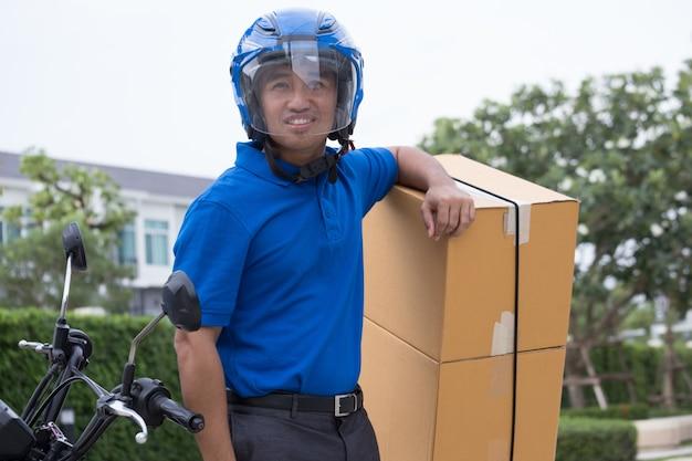 Courier man e serviço de entrega por motocicleta Foto Premium