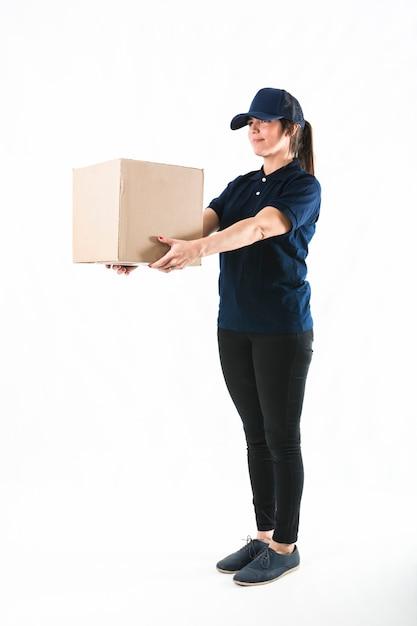 Courier mulher entregando o pacote no fundo branco Foto gratuita