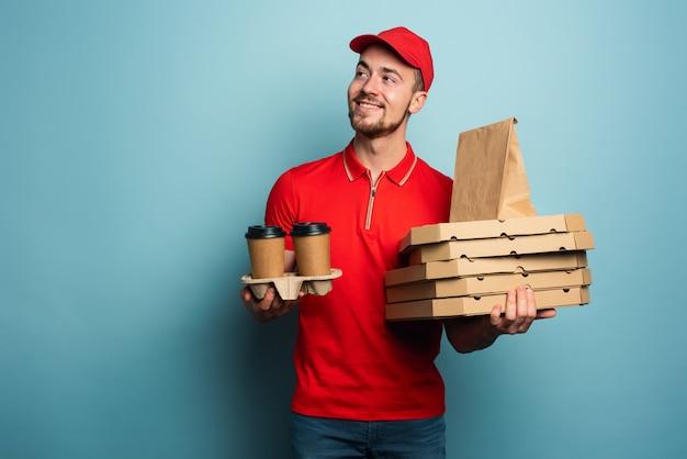 Courier tem o prazer de entregar café quente, pizza e comida. fundo ciano Foto Premium