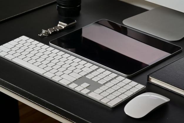 Couro escuro de mesa de escritório com material de escritório Foto Premium