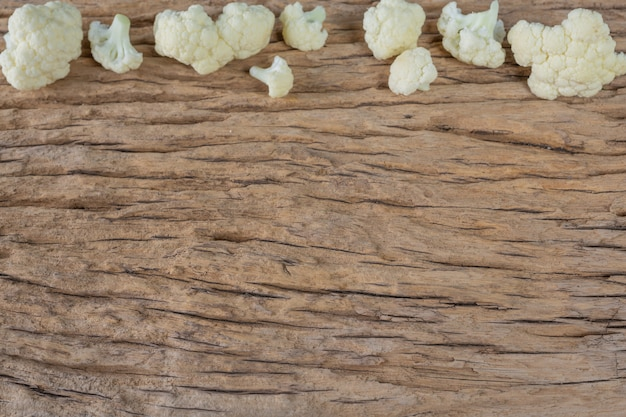 Couve-flor no chão de madeira. Foto gratuita