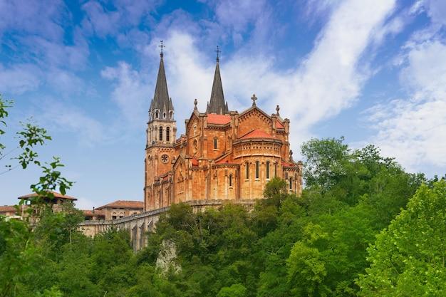 Covadonga catholic sanctuary basilica asturias Foto Premium